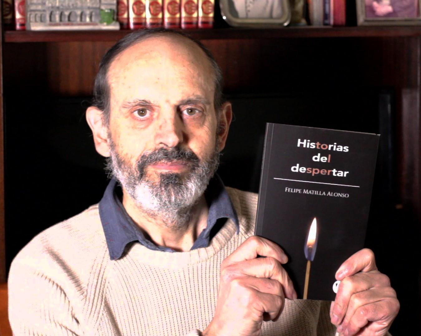 """Felipe Matilla con el libro """"Historias del despertar"""""""
